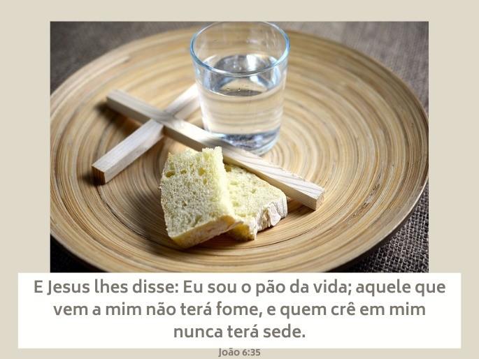 Imagem de pão, água e cruz num prato - Versículo João 6:35 - 'Eu sou o pão da vida...'