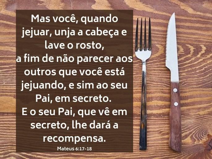 Garfo e faca sobre a mesa - Versículo Mateus 6:17-18 - Mas você quando jejuar...
